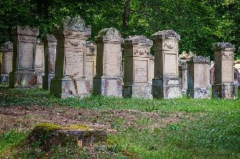 67-Grabsteine-auf-dem-jdischen-Friedhof-in-Polen-beschdigt