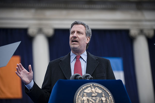 Der Bürgermeister von NYC, Bill de Blasio, schließt sich dem Boykott von Ben & Jerrys Eis an