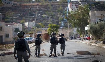 Arabische Randalierer dringen in jüdische Stadt ein und schleudern Rohrbombe