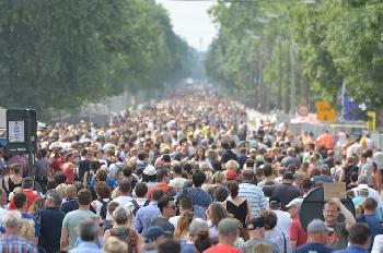 Tausende-in-ganz-Frankreich-demonstrieren-gegen-die-Diktatur-der-vorgeschlagenen-universellen-Impfung