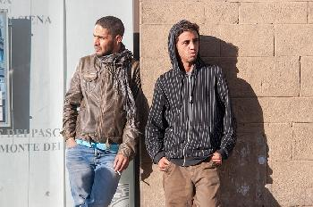Migranten-berwinden-Grenzzaun-in-Melilla