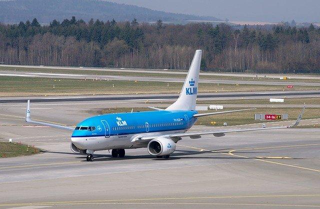18 jüdische Teenager aus dem Flugzeug in Amsterdam eskortiert