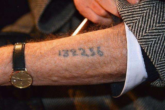 US-Kongressabgeordneter vergleicht Auschwitz-Tattoos mit Impfpässen