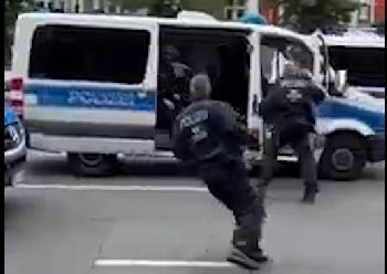 Die Polizei greift Politiker an und verschwindet schnell wieder
