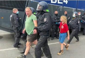 Berliner-Polizei--Schmt-euch-Video