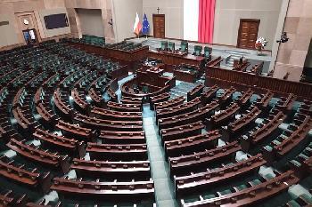 Polens-Parlament-billigt-Gesetz-das-HolocaustOpfern-von-einer-mglichen-Wiedergutmachung-ausschliet