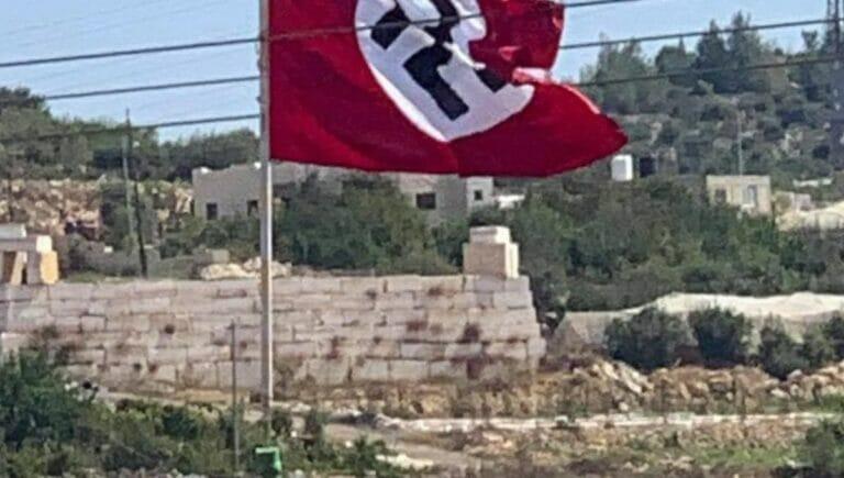 Palästinenser hissen Hakenkreuzflagge