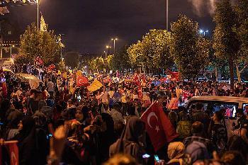 2000-protestieren-in-Istanbul-gegen-die-CovidBestimmungen-der-Trkei