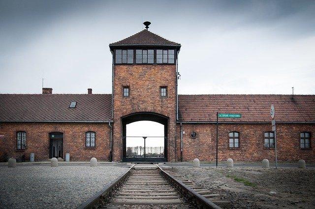 Antisemitische Graffiti am Standort Auschwitz-Birkenau gefunden