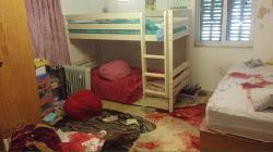 13-Jährige von Attentäter in ihrem Kinderzimmer erstochen