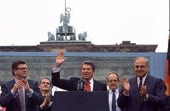 Linke schäumen: In Berlin wird eine Statue für Ronald Regan aufgestellt [Video]
