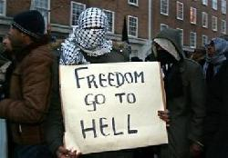 Muslime demonstrieren gegen Meinungsfreiheit