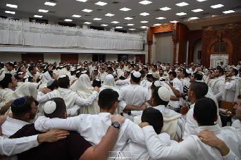 Yeshiva-Studenten tanzen nach dem Ende von Yom Kippur [Video]