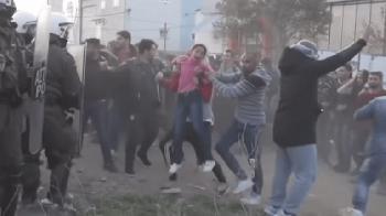Thessaloniki: Migranten benutzen Kind als Rammbock gegen Polizeisperre [Video]