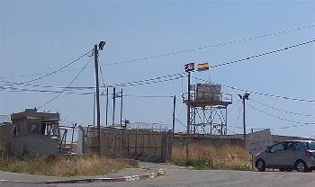 Foto des Tages: Regenbogenfahne über IDF-Base