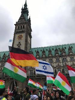 Hamburg: Kurden demonstrieren wieder mit Israel-Fahnen für die Freiheit