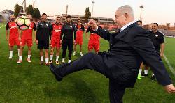 Netanyahu: Überraschungsbesuch bei Fußballmannschaft