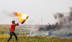 Gaza-Randalierer greifen Israels Grenze mit Molotows an