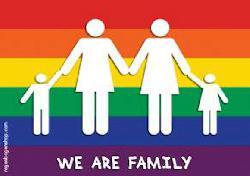 Mit Regenbogenbadehosen –und Wasserballkappen gegen Homophobie