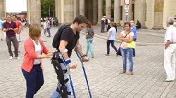Wie Querschnittsgelähmte wieder aufrecht gehen können [Video]