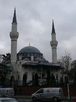 Ehrengräber für Völkermörder in Berliner Moschee