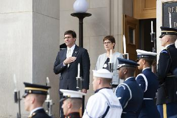 Mark Esper begrüßt Bundesverteidigungsministerin Annegret Kramp-Karrenbauer in Washington