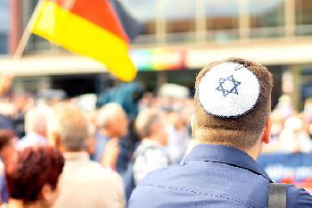 Schwul, jüdisch, AfD-Mitglied: Von Syrern angespuckt und geschlagen